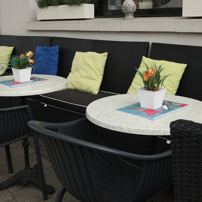 Ronde tafels zij aan zijn op het terras